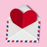 Классический конверт с красной карточкой валентинки бумаги сердца внутрь Стоковое Фото