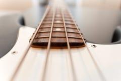 Классический конец тела басовой гитары вверх стоковое изображение