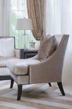 Классический коричневый стул цвета в роскошной живущей комнате Стоковое Изображение