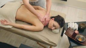 Классический массаж в салоне курорта - терапия масла сезама релаксации для обольстительной девушки стоковые изображения