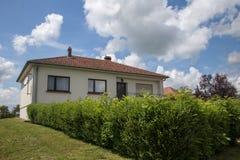 Классический дом в пригородах Стоковые Фотографии RF