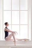 Классический портрет артиста балета на предпосылке окна Стоковые Фото