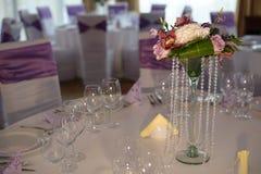 Классический прием ресторана ставит план на обсуждение ожидая для гостей свадьбы стоковые изображения rf