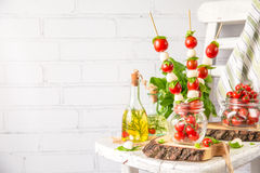 Классический салат канапе Caprese итальянки с томатами, моццареллой и свежим базиликом стоковое изображение rf