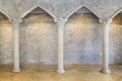 Классический старый интерьер с столбцами Стоковые Изображения RF