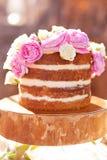 Классический торт 4 слоев с украшением цветков пиона на деревянной стойке плиты Стоковое Фото
