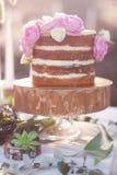 Классический торт 4 слоев с украшением цветков пиона на деревянной стойке плиты Стоковые Фото