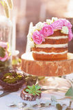 Классический торт 4 слоев с украшением цветков пиона на деревянной стойке плиты Стоковая Фотография