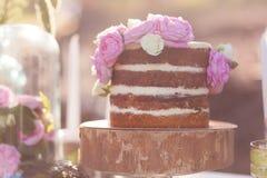 Классический торт 4 слоев с украшением цветков пиона на деревянной стойке плиты Стоковое Изображение