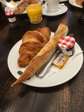 Классический французский завтрак с хлебом и круассаном и вареньем стоковое изображение rf