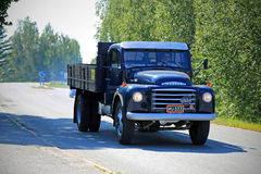 Классический Volvo N84 на дороге стоковые изображения