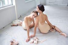 2 классических артиста балета представляя на белизне Стоковое Изображение RF