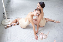 2 классических артиста балета представляя на белизне Стоковые Фото