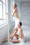 2 классических артиста балета представляя на barre Стоковые Изображения RF