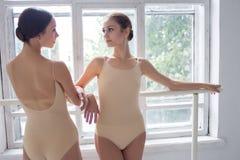 2 классических артиста балета представляя на barre Стоковая Фотография