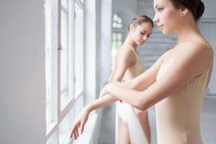 2 классических артиста балета представляя на barre Стоковое Фото