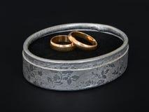 2 классических кольца золота свадьбы Стоковое Фото