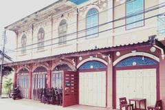 Классическое китайско-португальское здание на запрете Singha Tha, старой исторической зоне провинции Yasothon в северовосточной з стоковая фотография