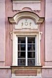 Классическое красочное окно с фронтоном в Праге Стоковые Изображения