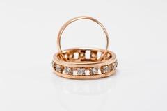 Классическое обручальное кольцо золота и массивнейшее обручальное кольцо Стоковая Фотография RF