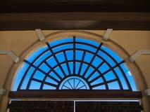 Классическое окно и голубое небо Стоковые Изображения RF