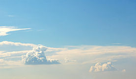 Классическое пушистое облако на красивом небе Стоковое фото RF