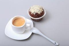 Классическое эспрессо в белой чашке с домодельными тортом и шоколадом на белой предпосылке Стоковые Изображения RF