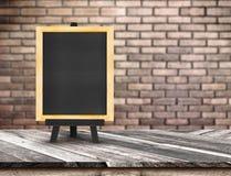 Классн классный меню на раскосной верхней части деревянного стола на запачканное красное bric Стоковая Фотография