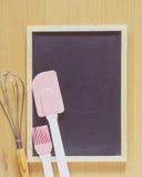 Классн классный с розовым шпателем силикона и рука юркнут смеситель Стоковая Фотография