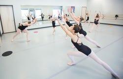 Класс балета репетируя в студии Стоковое Изображение RF
