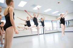 Класс балета скача в воздух Стоковое фото RF