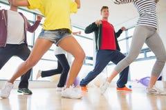 Класс и инструктор фитнеса делая тренировку pilates Стоковая Фотография