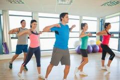 Класс и инструктор фитнеса делая тренировку pilates Стоковые Изображения