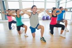 Класс и инструктор фитнеса делая тренировку pilates Стоковое Фото