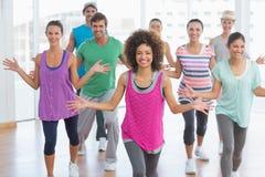 Класс и инструктор фитнеса делая тренировку pilates Стоковое Изображение