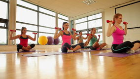 Класс и инструктор фитнеса работая с гантелями сток-видео