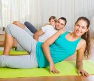 Класс фитнеса в спортивном клубе Стоковое Изображение