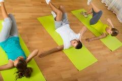 Класс фитнеса в спортивном клубе Стоковые Изображения RF