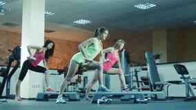 Класс фитнеса делая тренировки с гантелями видеоматериал