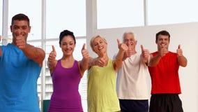 Класс фитнеса показывая большие пальцы руки вверх сток-видео