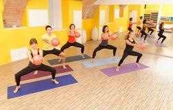 Класс pilates аэробики с шариками йоги Стоковая Фотография RF