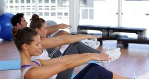 Класс Pilates балансируя на циновках тренировки сток-видео