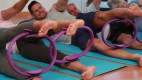Класс Pilates лежа вниз используя кольца pilates видеоматериал