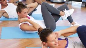 Класс Pilates делая хрусты на циновках акции видеоматериалы