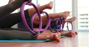 Класс Pilates используя кольца pilates сток-видео