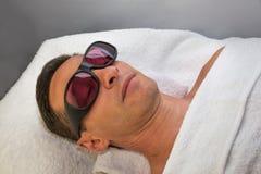 Класть женщину получая терапию лазера и ухода за лицом ультразвука стоковые фотографии rf