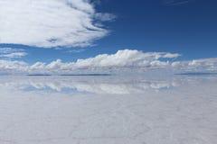 01 06 2000 класть слоя озера Боливии de расстояния женских уединённых над водой uyuni путника соли salar тонко гуляя Стоковая Фотография