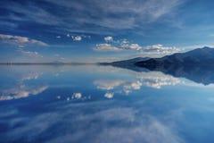 01 06 2000 класть слоя озера Боливии de расстояния женских уединённых над водой uyuni путника соли salar тонко гуляя Стоковое Изображение