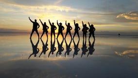 01 06 2000 класть слоя озера Боливии de расстояния женских уединённых над водой uyuni путника соли salar тонко гуляя стоковое фото rf