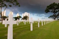 Кладбище войны воинское в городе с драматическим небом стоковые изображения
